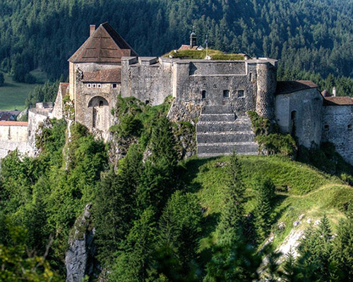Location de gîte Lac Saint Point : à découvrir dans la région la Château de Joux